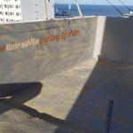 Phun hoặc rắc cát lên bề mặt thi công vật liệu chống thấm
